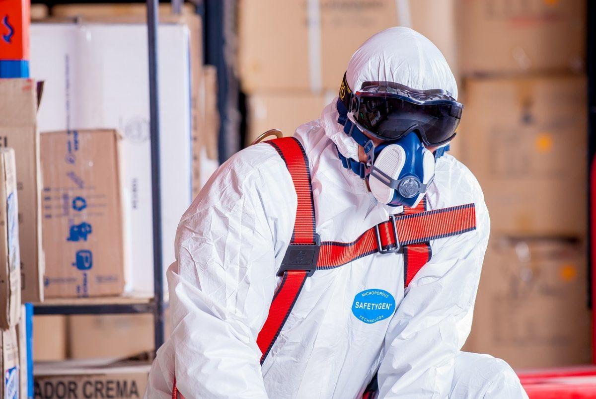 снимка на работник в работно облекло с маска и очила